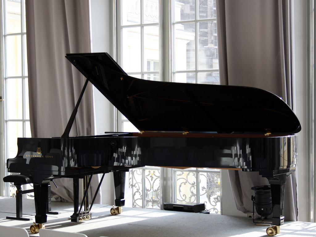 Grand piano passion a concert grand piano for mother 39 s for Best piano house