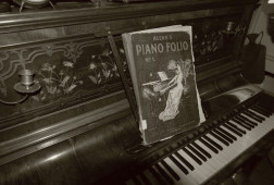 Old_times_antique_piano