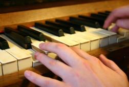 Left_hand_on_piano_keys