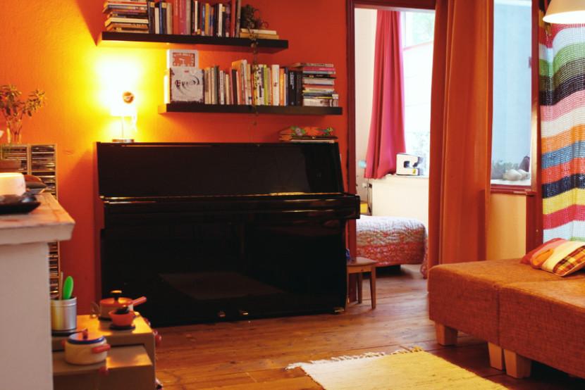 Small_upright_piano_apartment